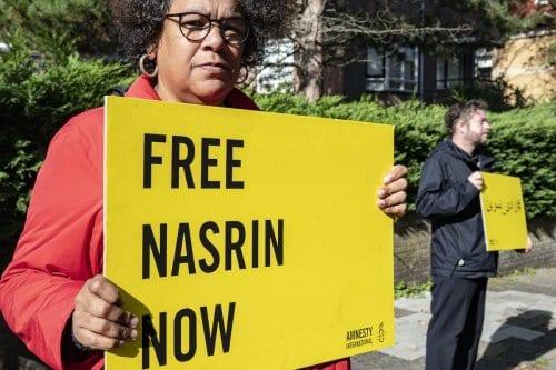 Dagmar Oudshoorn, presidente da Anistia Internacional na Holanda, protesta em frente à embaixada iraniana pela soltura de Nasrin Sotoudeh, em Haia, 24 de setembro de 2020 [Niels Wenstedt/Agência BSR/Getty Images]