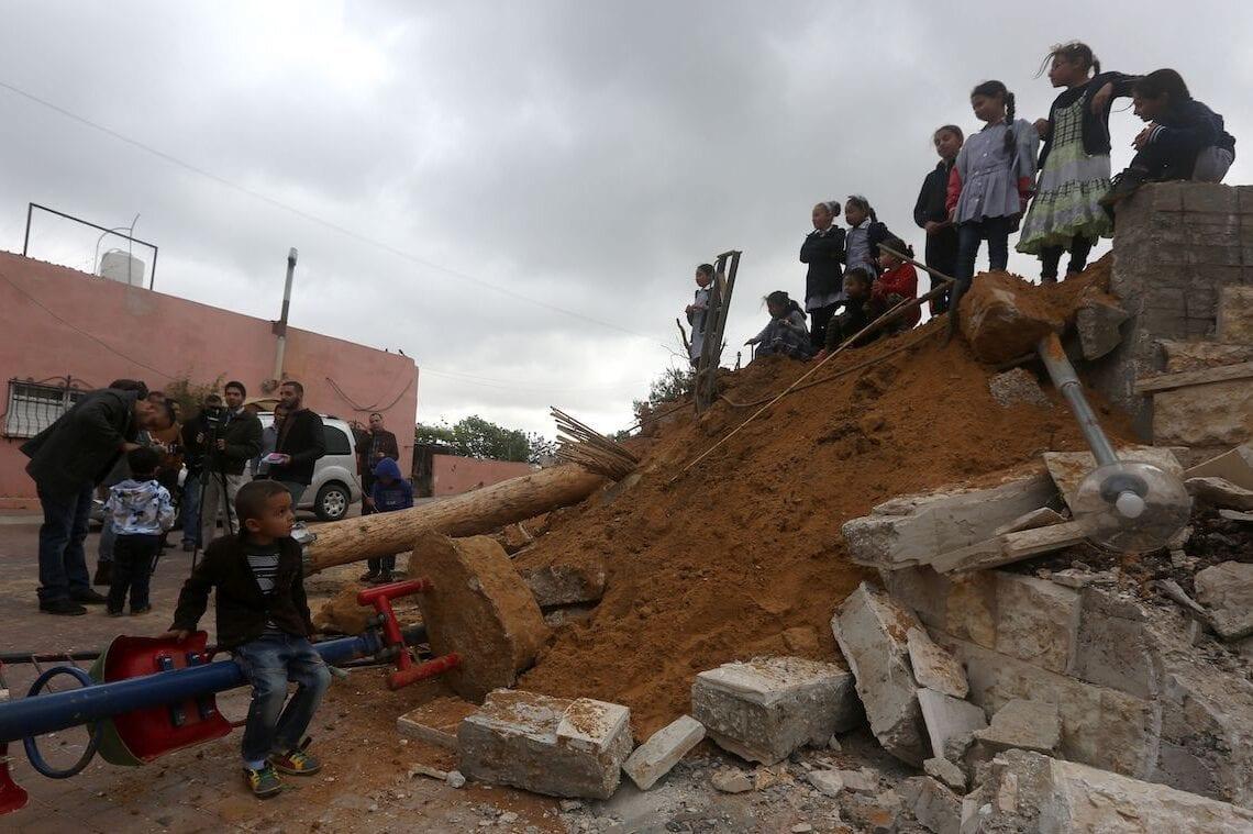 Crianças palestinas checam a destruição de um playground, construído com recursos da Bélgica, após ser demolido por forças israelenses, sob pretexto de construção irregular na chamada Área C, na aldeia de Zatarah, sul de Nablus, Cisjordânia ocupada, 12 de abril de 2016 [Jaafar Ashtiyej/AFP/Getty Images]