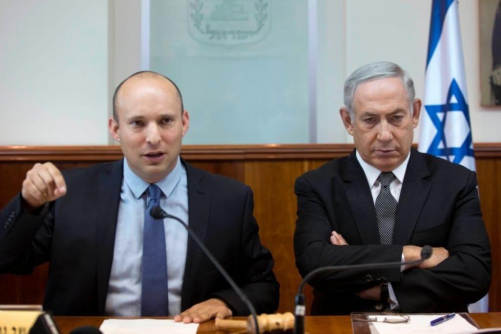 O primeiro-ministro israelense, Benjamin Netanyahu, ouve o ex-ministro da Educação Naftali Bennett, durante reunião de gabinete semanal em 30 de agosto de 2016, em seu escritório em Jerusalém. [AFP/Pool/Abir Sultan/Getty Images]