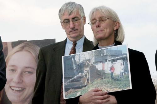Craig e Cindy Corrie falam de sua filha Rachel, atropelada por um trator israelense em Gaza, durante coletiva de imprensa no Capitólio, Washington DC, Estados Unidos, 19 de março de 2003 [Stephen Jaffe/AFP/Getty Images]