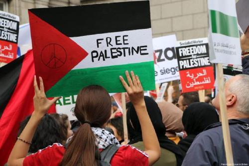 Manifestantes se reuniram em frente à Embaixada de Israel no centro de Londres, Reino Unido, em 30 de março de 2018 [Fórum Palestino na Grã-Bretanha]