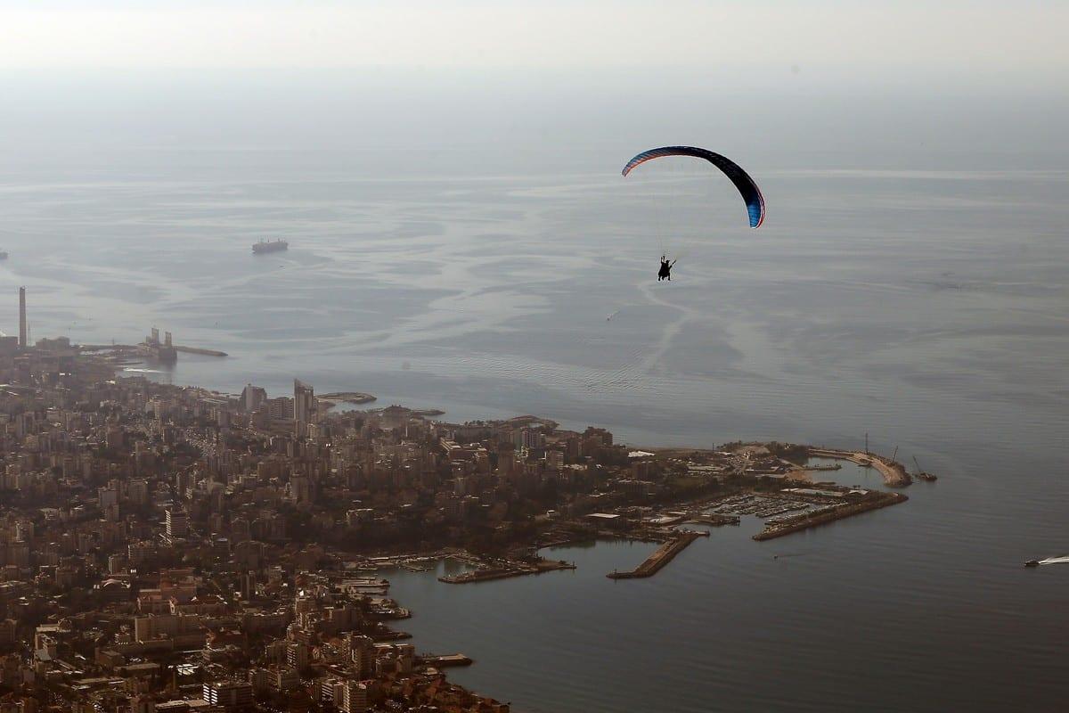 Um parapente voa sobre a área de Maameltein, no Líbano, em 9 de dezembro de 2015. [Joseph Eid/AFP/Getty Images]