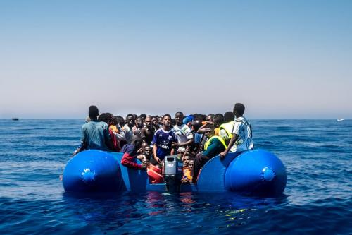 Refugiados aguardam para embarcar em um navio de resgate no Mar Mediterrâneo, perto da Líbia, em 15 de junho de 2017 [Marcus Drinkwater/Agência Anadolu]