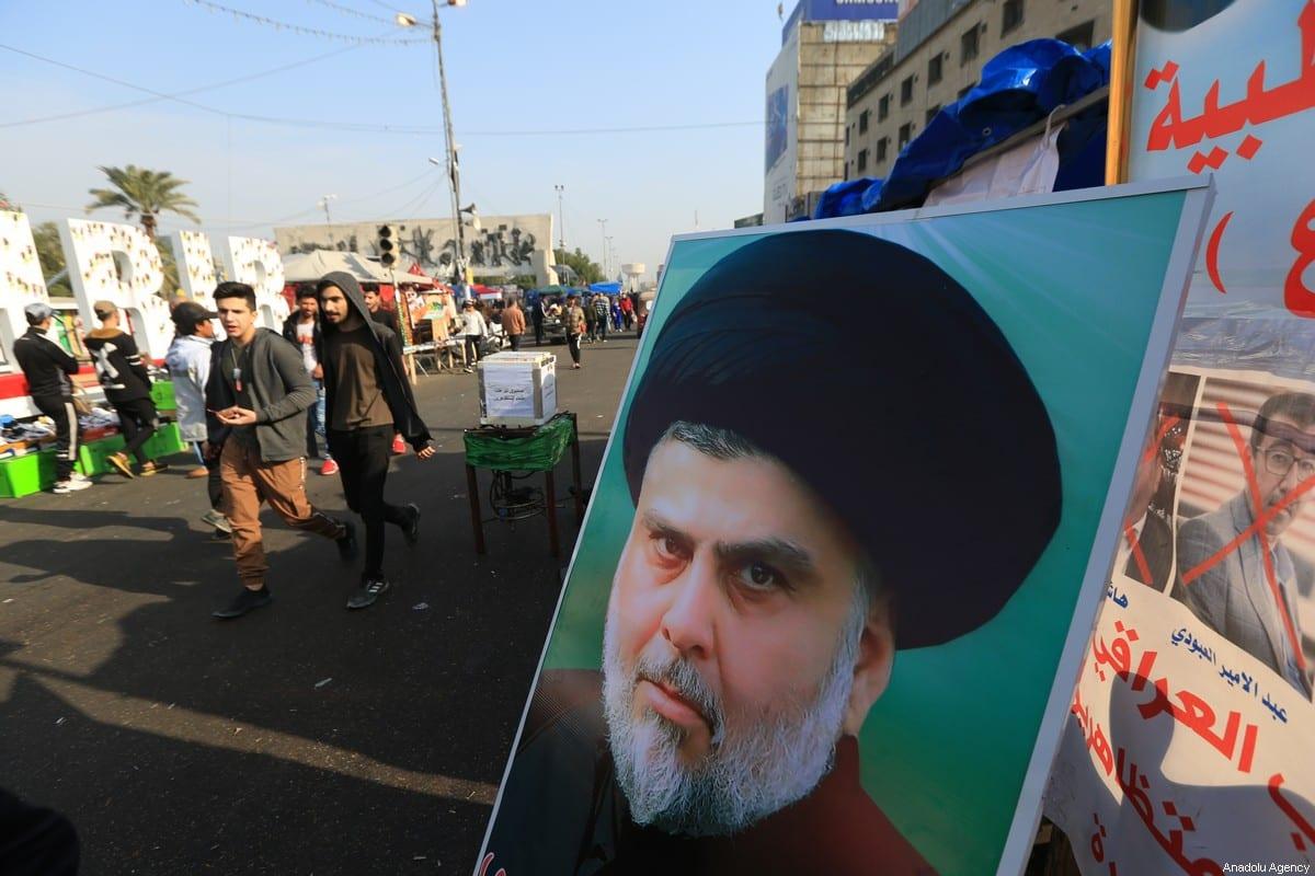Cartaz de Muqtada al-Sadr, líder do movimento político-religioso sadrista, durante protestos contra o governo na Praça Tahrir, em Bagdá, Iraque, 3 de janeiro de 2020 [Murtadha Sudani/Agência Anadolu]