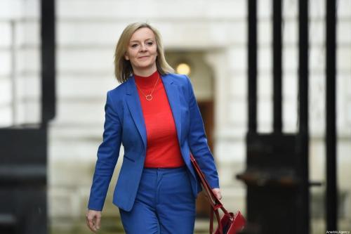 Secretária de Comércio Internacional do Reino Unido Liz Truss chega à primeira reunião do gabinete de governo, após reformulação, em Londres, 14 de fevereiro de 2020 [Kate Green/Agência Anadolu]