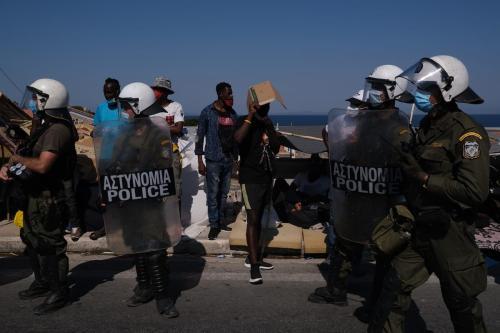 Policiais reprimem protesto contra as condições de vida no campo de refugiados de Moria, na ilha de Lesbos, Grécia, 11 de setembro de 2020 [Aggelos Barai/Agência Anadolu]