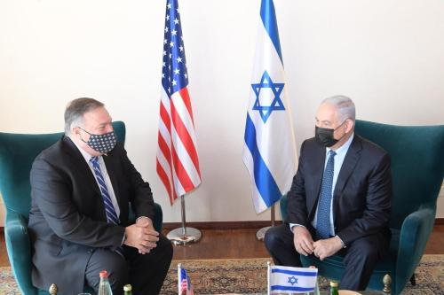 Secretário de Estado dos Estados Unidos Mike Pompeo e Primeiro-Ministro de Israel Benjamin Netanyahu encontram-se na sede do governo israelense, em Jerusalém Oriental ocupada, em 19 de novembro de 2020 [Gabinete do Primeiro-Ministro de Israel/Agência Anadolu]