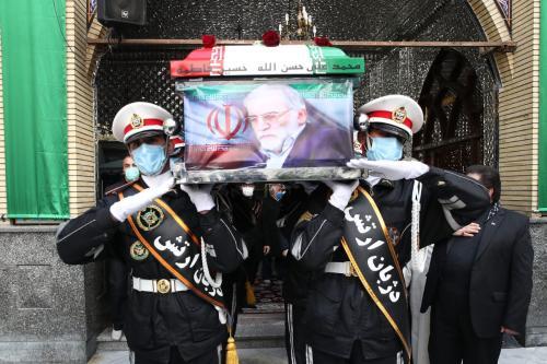 Guardas de honra carregam o caixão do principal cientista nuclear iraniano, Mohsen Fakhrizadeh Mahabadi, coberto pela bandeira do Irã, no funeral realizado no Santuário Imamzadeh Saleh em Teerã, Irã, em 30 de novembro de 2020 [Ministério da Defesa Iraniano]