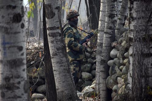 Soldado indiano monta guarda em uma estação militar, durante segunda fase das eleições do Conselho de Desenvolvimento Distrital, no norte da Caxemira, em 1° de dezembro de 2020 [Faisal Khan/Agência Anadolu]