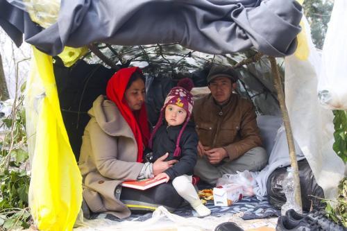 Requerentes de asilo permanecem na floresta perto da zona tampão localizada entre os portões de fronteira de Kastanies e Pazarkule, na esperança de que a Grécia abra o portão de fronteira em 18 de março de 2020 na província de Edirne, noroeste da Turquia [İslam Yakut - Agência Anadolu]