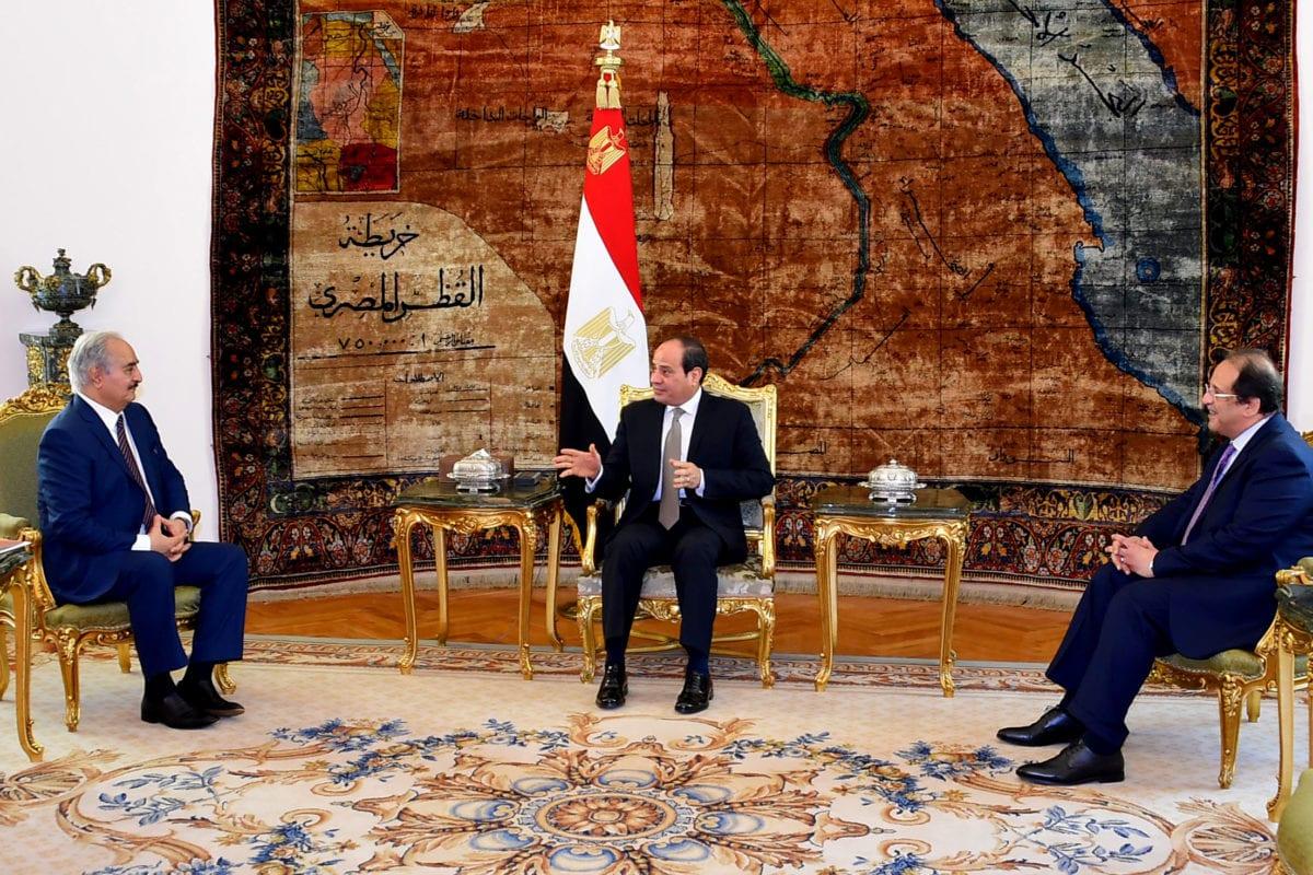 Presidente do Egito Abdel Fattah el-Sisi (centro) encontra-se com o comandante paramilitar líbio Khalifa Haftar (à esquerda), no Palácio Al Ittihadiya, no Cairo, Egito, 14 de abril de 2019 [Presidência do Egito/AFP/Getty Images]