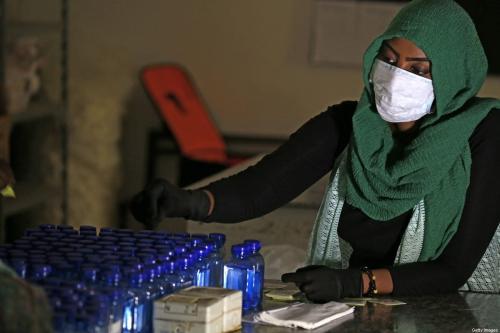 Estudantes da área de saúde preparam-se esterilizantes para combater o surto de coronavírus, em Cartum, Sudão, 14 de abril de 2020 [Ashraf Shazly/AFP/Getty Images]