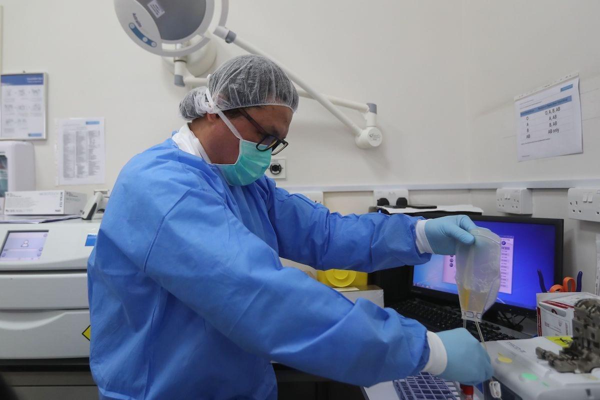 Profissional trabalha no Centro de Doenças Transmissíveis da Hamad Medical Corporation (HMC), no qual pacientes recuperados de covid-19 podem doar plasma para ajudar outras pessoas, na capital do Catar, Doha, em 19 de abril de 2020. [Karim Jaafar/ AFP/Getty Images]