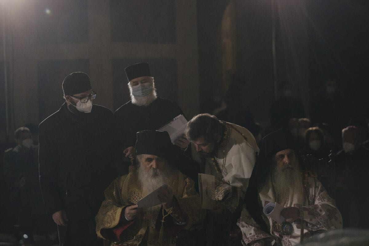 Padres ao lado do caixão do Patriarca Irinej no Templo São Sava antes da procissão fúnebre no Templo de São Sava, em 22 de novembro de 2020, em Belgrado, Sérvia. [Vladimir Zivojinovic/Getty Images]