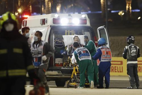 Médicos resgatam Romain Grosjean, piloto francês de Fórmula 1 da equipe Haas, após acidente no início do Grand Prix do Bahrein, na cidade de Sakhir, 29 de novembro de 2020 [Hamad Mohammed/AFP/Getty Images]