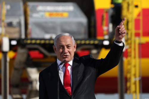 Primeiro-ministro israelense Benjamin Netanyahu durante cerimônia para marcar a chegada de um avião da empresa de courier internacional DHL, transportando vacinas Pfizer, ao Aeroporto Ben Gurion perto de Tel Aviv, em 9 de dezembro de 2020 [Abir Sultan/ AFP via Getty Images]