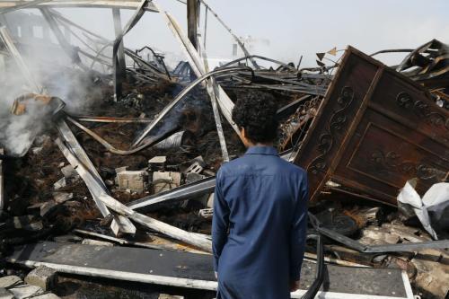 Jovem iemenita observa os destroços deixados por ataques aéreos executados pela coalizão saudita em Sanaa, capital do Iêmen, 2 de julho de 2020 [Mohammed Hamoud/Getty Images]