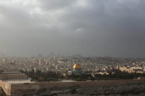 Raio de luz reflete no Domo da Rocha, enquanto uma nuvem de poeira cobre Jerusalém, em 17 de dezembro de 2009 [Gali Tibbon/AFP/Getty Images]