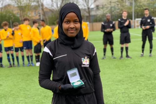 Jawahir Roble é uma árbitro de futebol britânico nascido na Somália e a primeira autoridade muçulmana do Reino Unido [Jawahir Roble/Arqivo Pessoal]