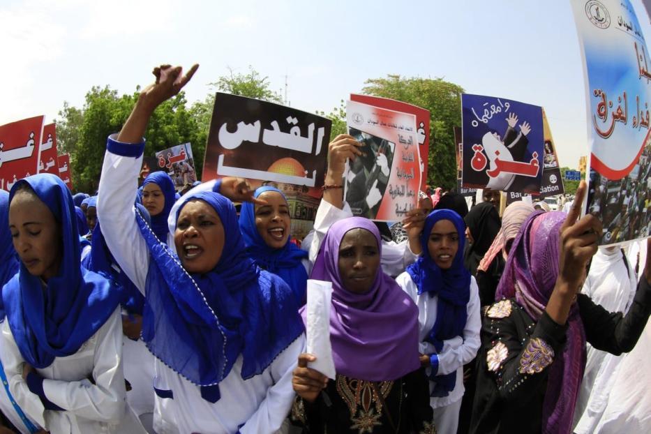Manifestantes sudaneses gritam slogans durante um comício para denunciar o tratamento de Israel aos palestinos. Em 11 de agosto de 2014 em Cartum, Sudão[Ashraf Shazly/ AFP / Getty Images]