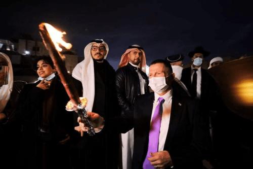 Iluminação histórica da Menorá no Muro das Lamentações em Jerusalém com uma delegação do Bahrein [Adam Milstein / Twitter]