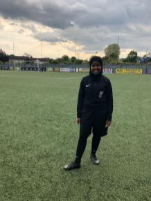 Jawahir Roble é árbitra de futebol britânico nascido na Somália e a primeira autoridade muçulmana do Reino Unido [Jawahir Roble / fornecido]