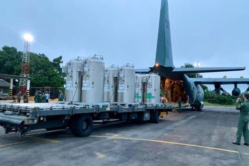 FAB transporta cilindros de oxigênio para o Amazonas [facebook/Ministério da Defesa]