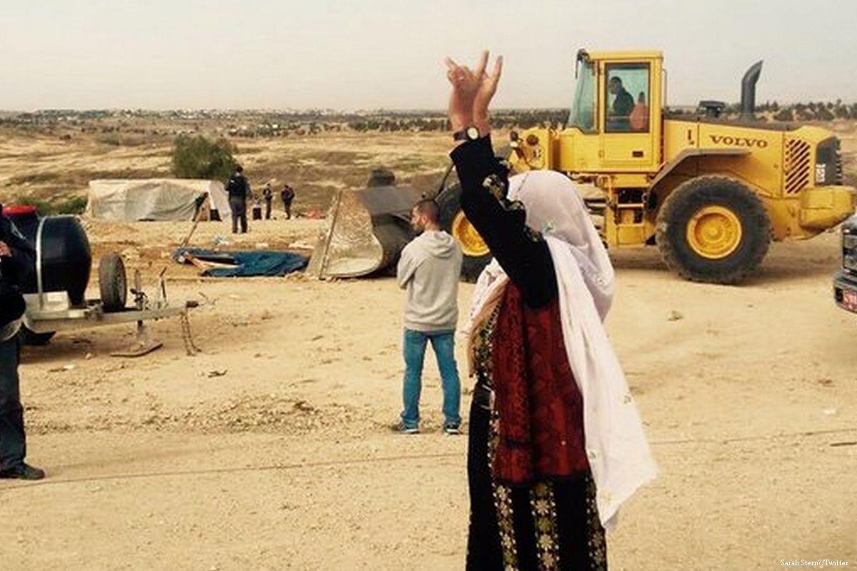 Tratores israelenses após demolição da aldeia árabe beduína de Al-Araqib, em 18 de maio de 2017 [Sarah Stern/Twitter]
