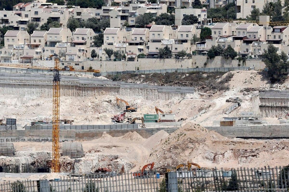 Trabalhadores da construção civil constroem assentamentos ilegais na Cisjordânia, 9 de outubro de 2017. [Wisam Hashlamoun/Apaimages]