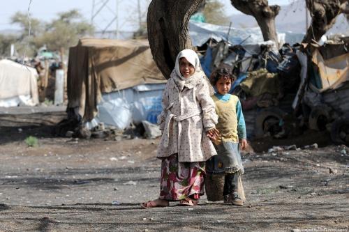 Crianças em frente a barracas improvisadas no campo de refugiados de Darwan, em Sana´a, Iêmen, em 11 de abril de 2018. [Mohammed Hamoud/Agência Anadolu]