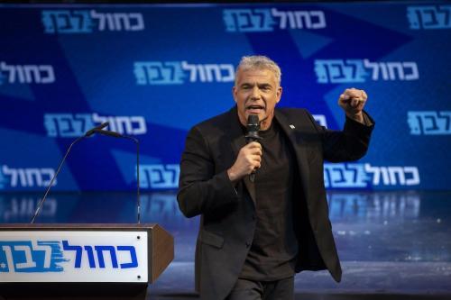 Yair Lapid durante a última fase da campanha eleitoral do partido Azul e Branco (Kahol Lavan), em Tel Aviv, 15 de setembro de 2019 [Faiz Abu Rmeleh/Agência Anadolu]