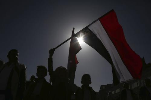Apoiadores do movimento iemenita houthi marcham em celebração do 5° aniversário do controle do grupo rebelde sobre Sanaa, capital do Iêmen, em 21 de setembro de 2019 [Mohammed Hamoud/Agência Anadolu]