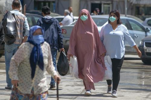 Pessoas usam máscara contra o coronavírus (covid-19), em Túnis, capital da Tunísia, 11 de maio de 2020 [Yassine Gaidi/Agência Anadolu]