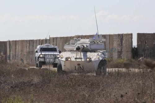 Veículos da força de paz da ONU UNIFIL são vistos de guarda na chegada do comitê libanês e israelense, na região sul de Naqoura, pela fronteira com Israel, Naqoura, Líbano, em 14 de outubro de 2020. [Ali Abdo/Agência Anadolu]