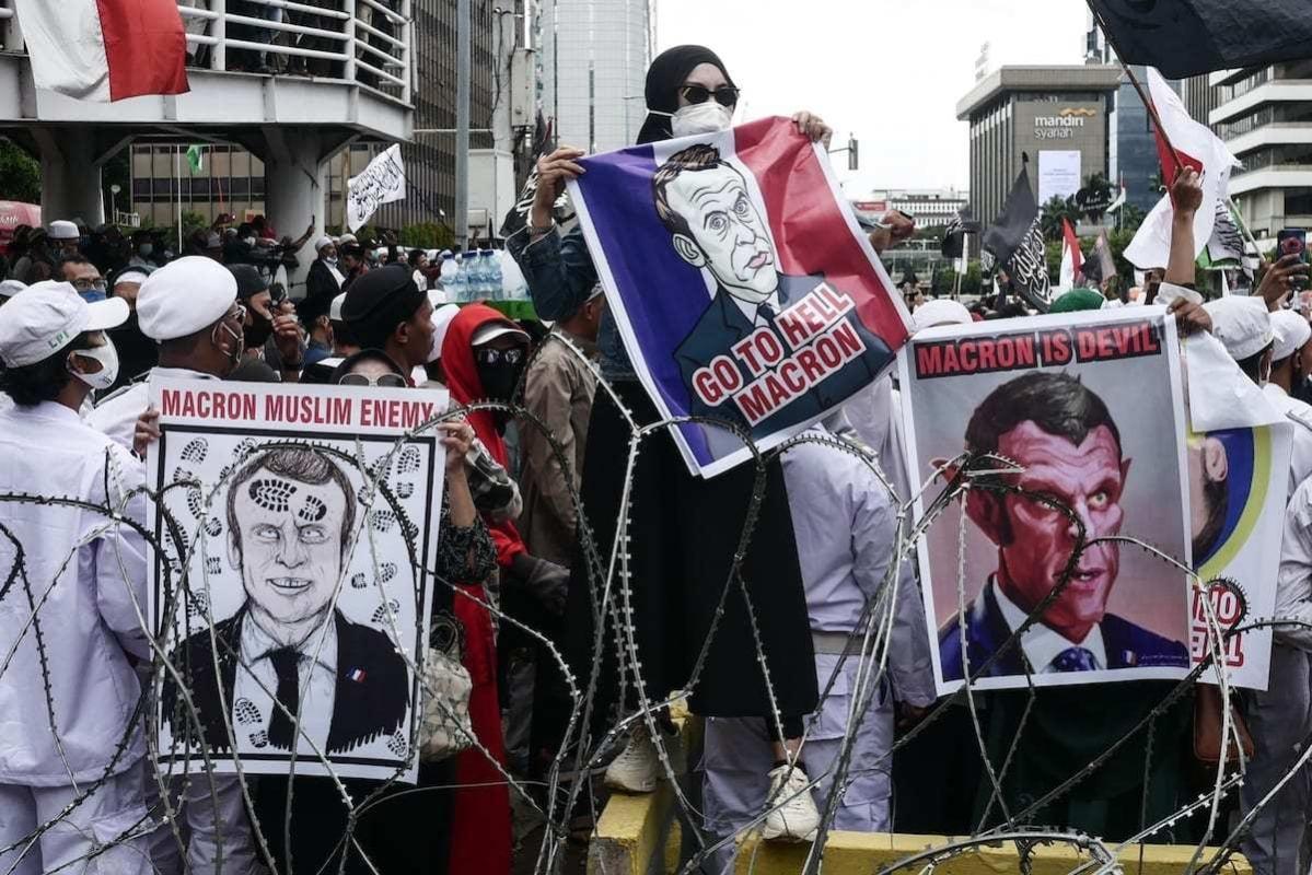 Protesto contra comentários do Presidente da França Emmanuel Macron em defesa de caricaturas do Profeta Mohammad e ataque contra muçulmanos no país europeu, em frente à embaixada francesa de Jacarta, Indonésia, 2 de novembro de 2020 [Anton Raharjo/Agência Anadolu]