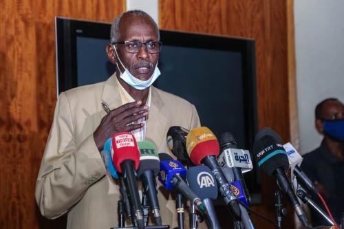 Ministro sudanês de Irrigação e Recursos Hídricos Yasser Abbas fala durante uma conferência de imprensa em 02 de dezembro de 2020, Cartum, Sudão [Mahmoud Hjaj / Agência Anadolu]
