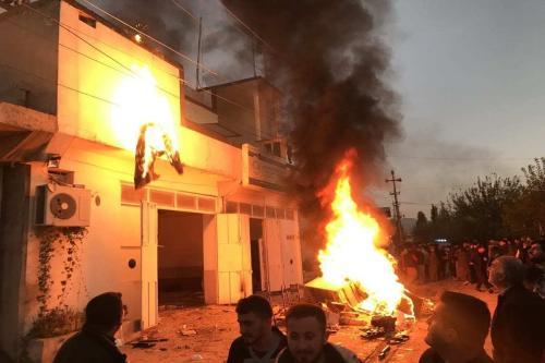 Manifestantes incendeiam prédios de partidos políticos e escritórios do governo durante protestos contra o atraso nos salários, em Halabja, Iraque, 8 de dezembro de 2020 [Fariq Faraj Mahmood/Agência Anadolu]