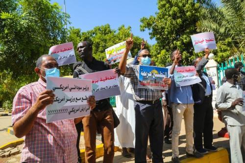 Sudaneses protestam contra o recente acordo de normalização entre seu país e Israel, em frente à sede do governo, em Cartum, capital do Sudão, 17 de janeiro de 2021 [Mahmoud Hjaj/Agência Anadolu]