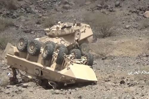Uma captura de tela de um vídeo divulgado pelo movimento Houthi do Iêmen supostamente mostra dois veículos blindados leves sauditas (LAVs) destruídos pelo grupo em uma ofensiva de agosto. Relatórios não verificados os identificam como LAVs canadenses.