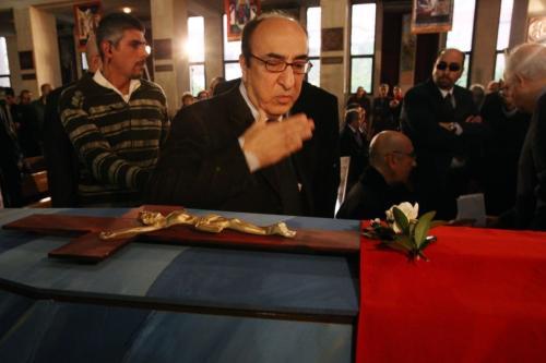 Músico libanês Rahbani despede-se de seu irmão falecido, o compositor Mansour Rahbani, em 16 de janeiro de 2009 [Anwar Amro/AFP/Getty Images]