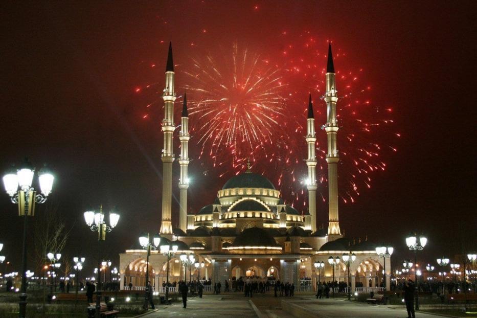 Fogos de artifícios na Mesquita Akhmad Kadyrov, em Grozny, Chechênia, 9 de março de 2020 [Viskhan Magomadov/AFP/Getty Images]