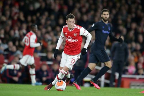 Mesut Ozil do Arsenal durante a partida da Premier League entre o Arsenal FC e o Everton FC no Emirates Stadium, em 23 de fevereiro de 2020, em Londres, Reino Unido. [Robin Jones/Getty Images]