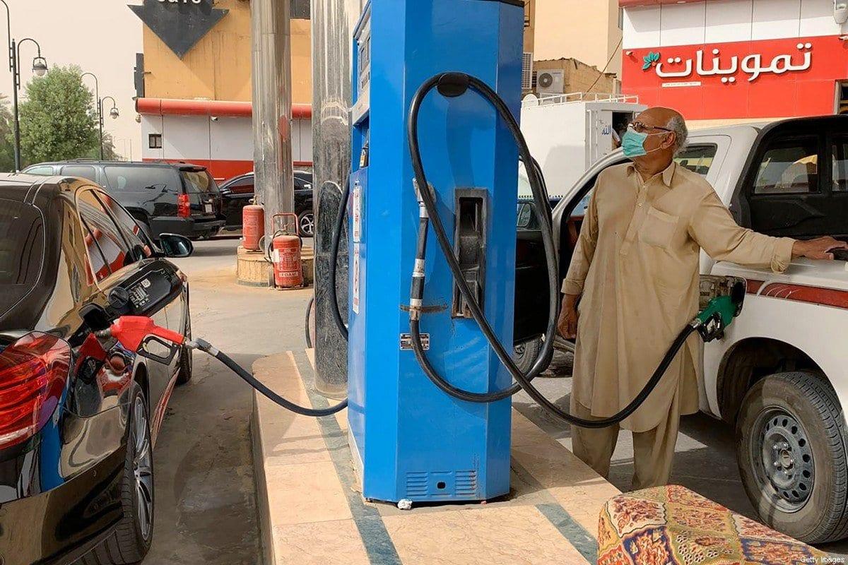 Um homem reabastece seu carro em um posto de gasolina na capital saudita, Riad, em 11 de maio de 2020. [RANIA SANJAR/AFP/Getty Images]