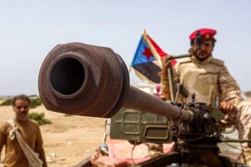 Combatente leal ao Conselho de Transição do Sul (CTS), grupo separatista do Iêmen, maneja um canhão instalado em uma picape, durante confrontos com forças pró-governo pelo controle de Zinjibar, capital da província meridional de Abyan, em 15 de maio de 2020 [Nabil Hasan/AFP/Getty Images]