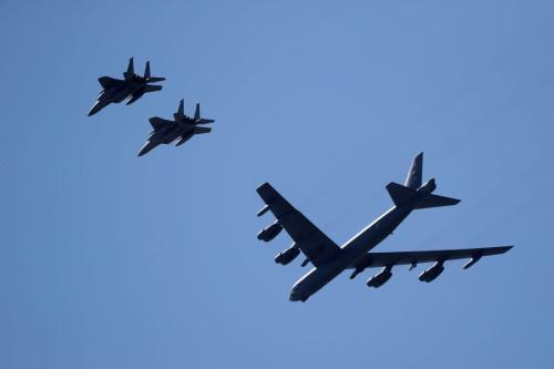 Bombardeiro B-52 e jatos combatentes F-15 sobrevoam o Centro Médico de Nova Orleans, em Louisiana, Estados Unidos, 1° de maio de 2020 [Chris Graythen/Getty Images]
