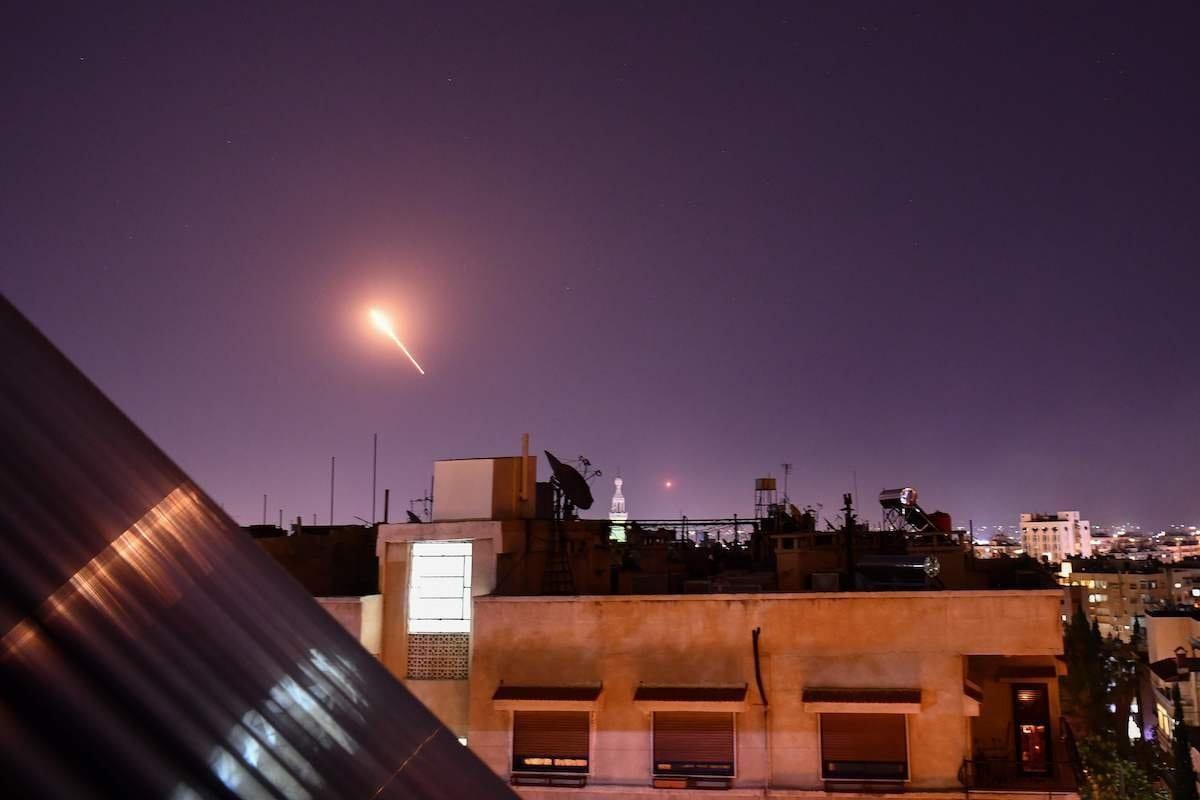 As defesas aéreas da Síria respondem a mísseis israelenses direcionados ao sul da capital, Damasco, em 20 de julho de 2020. [STR/AFP via Getty Images]