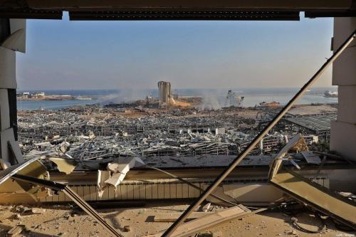 Danos causados pela enorme explosão no porto de Beirute, capital do Líbano, em 5 de agosto de 2020 [Anwar Amro/AFP/Getty Images]