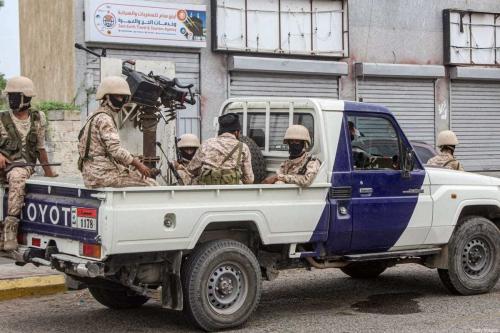 Forças leais ao grupo separatista Conselho de Transição do Sul montam guarda na entrada do Aeroporto Internacional de Aden, no Iêmen, em 27 de agosto de 2020 [Saleh al-Obeidi/AFP/Getty Images]