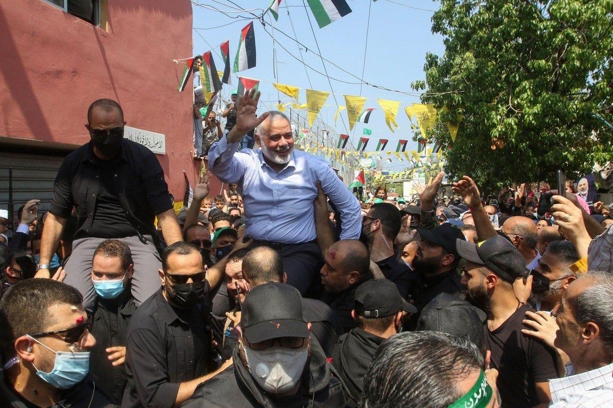 O chefe do escritório político do Hamas, Ismail Haniyeh, cumprimenta simpatizantes durante uma visita ao campo de Ain el-Helweh, o maior campo de refugiados palestinos do Líbano, perto da cidade costeira de Sidon em 6 de setembro de 2020 [Mahmoud Zayyat/ AFP via Getty Images]