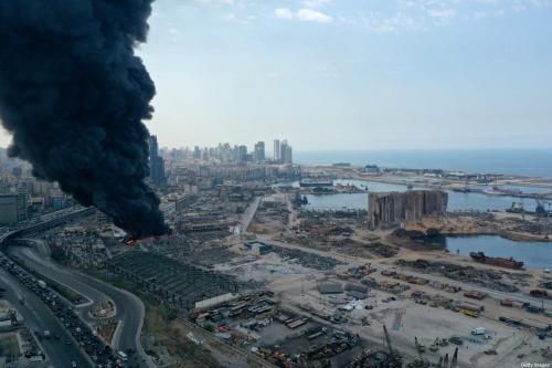 Fumaça preta emerge de um incêndio na zona livre portuária de Beirute, Líbano, em 10 de setembro de 2020 [Haytham al Achkar/Getty Images]